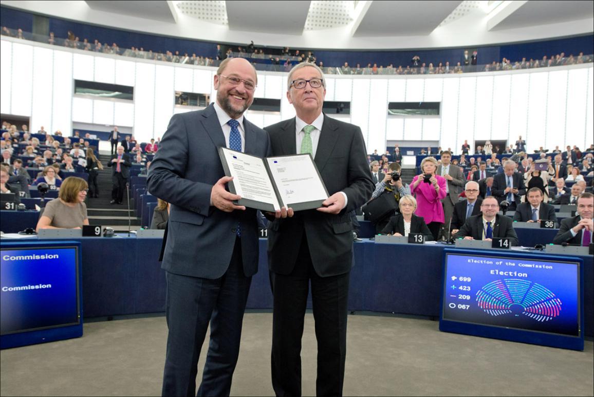 Le Président du Parlement européen, Martin Schulz félicite le Président élu de la Commission Jean-Claude Juncker après l'élection par le Parlement de la nouvelle Commission