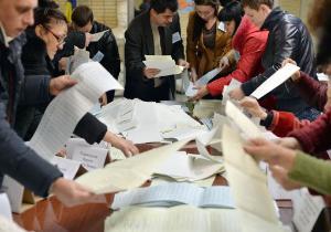 Mitglieder einer örtlichen Wahlkommission zählen am 26. Oktober 2014 nach den Parlamentswahlen des Landes in einem Wahllokal in der ostukrainischen Stadt Kramatorsk Stimmzettel. © BELGA_AFP_G.SAVILOV