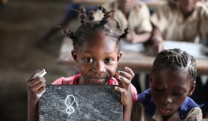 Two african girls at school. ©BELGAIMAGE_AGEFOTOSTOCK