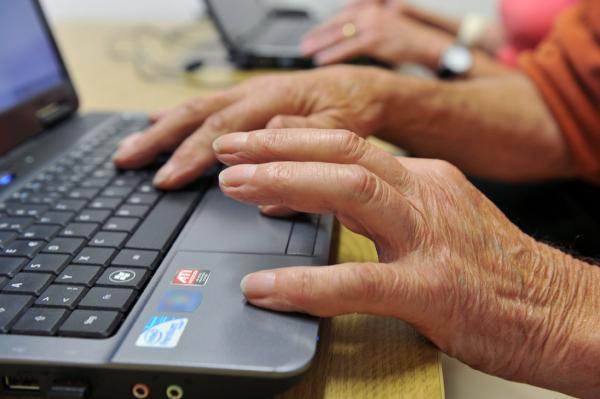 Personas mayores trabajando con ordenadores ©BELGAIMAGE/DPA/F. May.