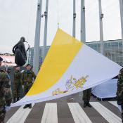 Su Santidad pidió, durante su intervención, una Europa más amplia e influyente. (En la foto, la bandera del Vaticano a la entrada de la sede del Parlamento Europeo en Estrasburgo).