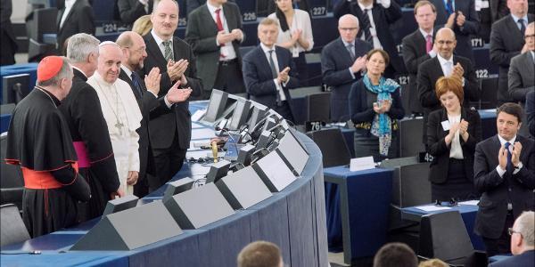 Ledamöterna applåderade varmt påve Franciskus efter hans tal till kammaren - © ep