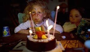 Girl blowing out candles on a birthday cake. ©BELGAIMAGE_AGEFOTOSTOCK_67509911