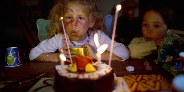 Een kind blaast een kaarsje uit op een verjaardagstaart ©BELGAIMAGE_AGEFOTOSTOCK_67509911