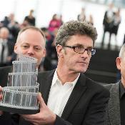 Paweł Pawlikowski portant son Prix LUX