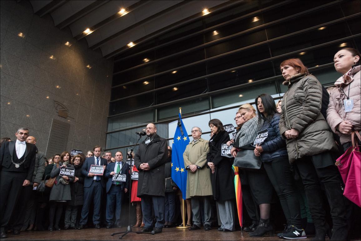 """Przewodniczący PE Martin Schulz, eurodeputowani i pracownicy instytucji podczas minuty ciszy dla ofiar ataku na redakcję """"Charlie Hebdo""""."""