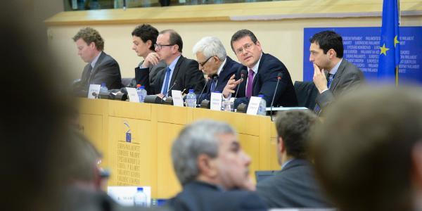 Jerzy Buzek a Maroš Šefčovič během zasedání Výboru pro průmysl.
