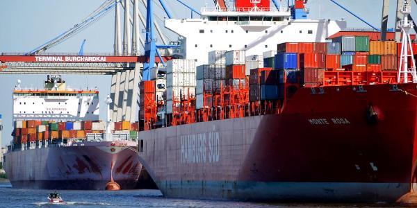 Dos buques de mercancías en el puerto de la localidad alemana de Hamburgo © BELGA_AGEFOTOSTOCK.
