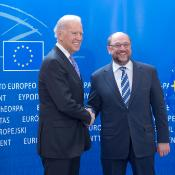 Photo de Joe Biden et Martin Schulz qui se serrent la main