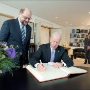 04_Biden signing the golden book before the round table with EP President Martin Schulz