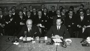Paul-Henri Spaak és Jean-Charles Snoy et d'Oppuers az Európai Atomenergia-közösséget (Euratom) létrehozó szerződés aláírásakor 1957. március 25-én
