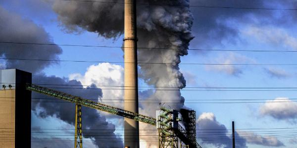Chaminé de fábrica a emitir fumo. © BELGA_AGEFOTOSTOCK