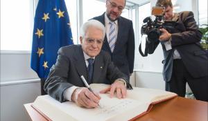 Sergio Mattarella se podepisuje do knihy návštěvníků EP