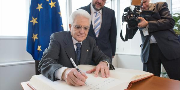 Photo du Président italien en train de signer le livre d'or du Parlement européen