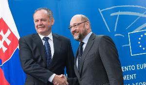 Andrej Kiska si podáva z ruky s Martinom Schulzom