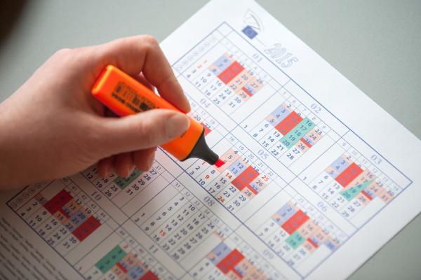 Photo d'une personne en trani de surligner le calendrier du Parlement européen