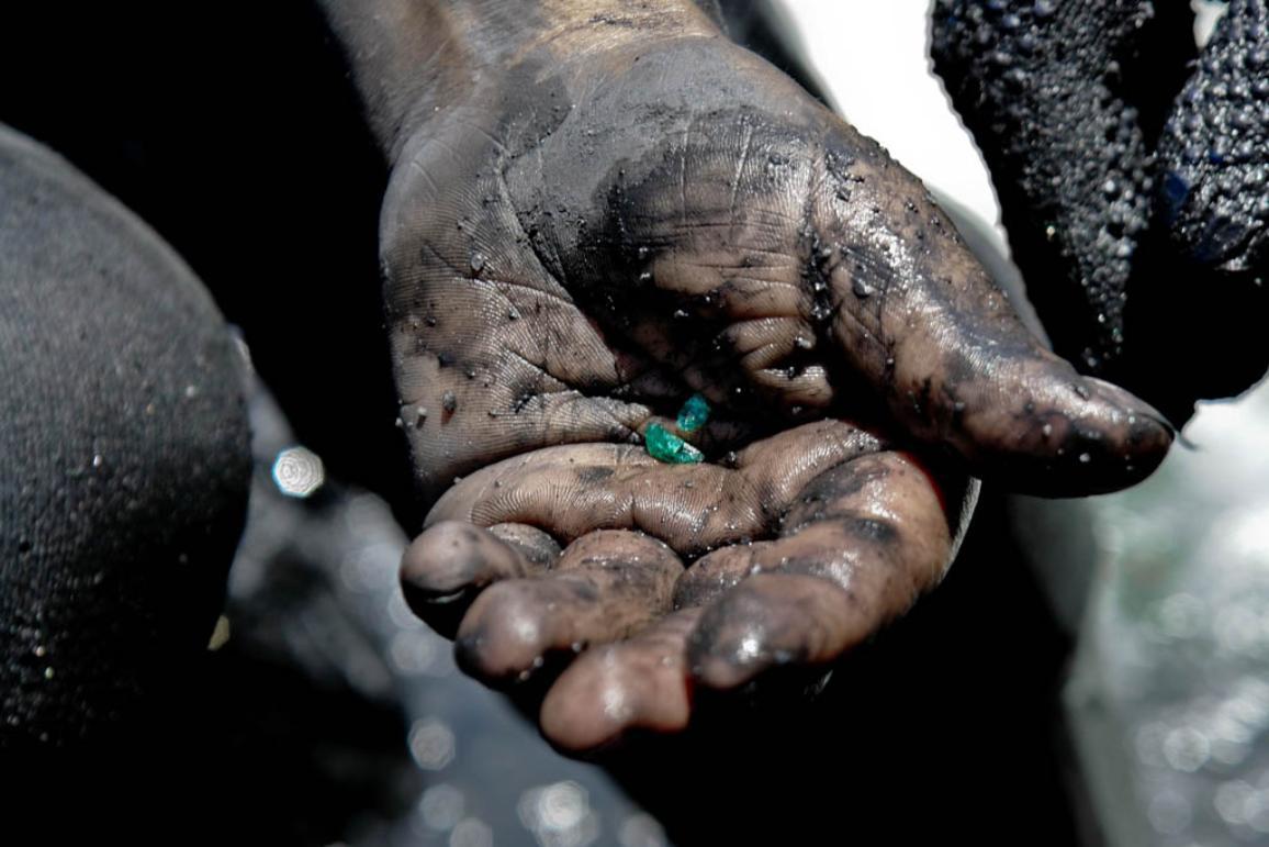 A miner shows a rough emerald ©BELGA_AGEFOTOSTOCK_J.Sochor