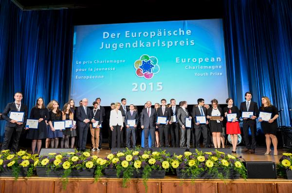 Family photo of the Charlemagne youth prize 2015 ceremony in Aachen