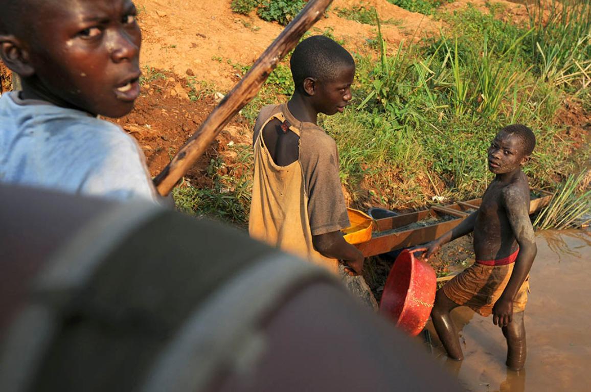 Spiranje zlata v reki, Iga Barriere, Bunja, SV Kongo; 16/02/2009
