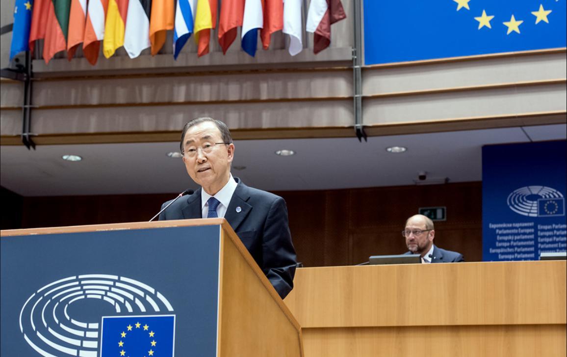 Photographie de Ban Ki-moon lors de sa visite au Parlement européen, avec en arrière-plan Martin Schulz, Président du Parlement européen