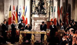 Photographie de la signature du traité d'adhésion de l'Espagne