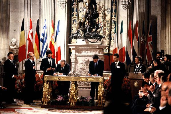 Signing of the Accession Treaty of Spain; Fernando Morán López, Spanish Minister for Foreign Affairs, Felipe González Márquez, Spanish Prime Minister, at the signing table, left and right, Gabriel Ferrán de Alfaro, Spanish Permanent Representative to the EC, Manuel Marín, Spanish Secretary of State in charge of the Relations with the European Communities, 2nd and 3rd, from the left
