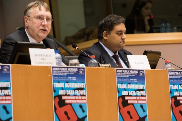 Das Foto zeigt die EU-Abgeordneten Bernd Lange und Claude Moraes  auf dem Podium