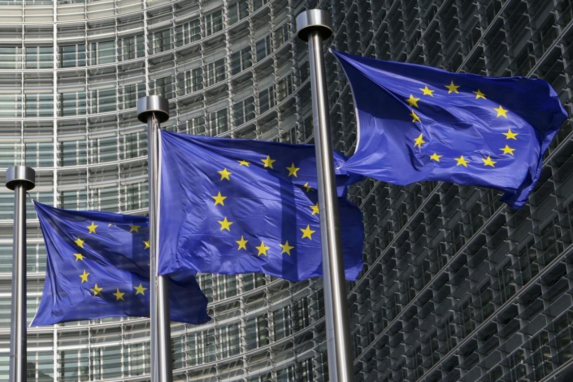 Европейски знамена пред главната сграда на Европейската комисия в Брюксел