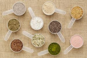 scoops of superfood - healthy seeds and powders (white and black chia, flax, hemp, pomegranate fruit powder, wheatgrass, hemp and whey protein, maca root) on canvas. ©BELGA_AGEFOTOSTOCK