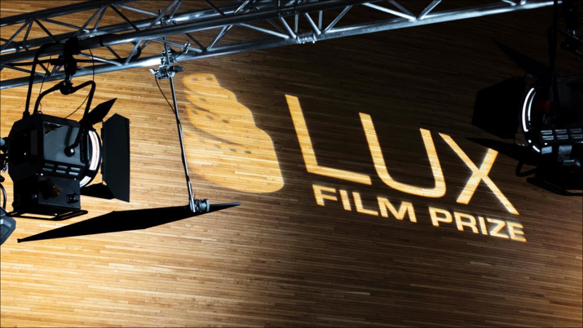 """Projecteur de cinéma qui projette """"LUX Film Prize"""" sur un mur"""
