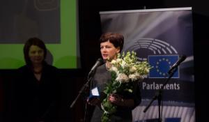 Svinīgā ceremonijā labdarības organizācijas Ziedot.lv vadītāja Rūta Dimanta saņem Eiropas Pilsoņu balvu 95327.jpg
