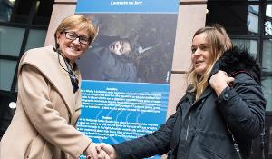Vicepreședinta McGuinness le felicită pe laureate.