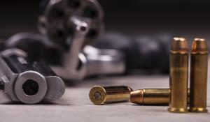 Kuvituksena ase ja patruunoita  ©AP Images/ European Union-EP