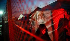 Natten falder på i Osmaniye-flygtningelejren nær Tyrkiets grænse til Syrien.