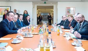El Primer Ministro Británico David Cameron, a la izquierda, con el Presidente del PE Martin Schulz y algunos de los principales eurodiputados: Guy Verhofstadt, Roberto Gualtieri y Elmar Brok.