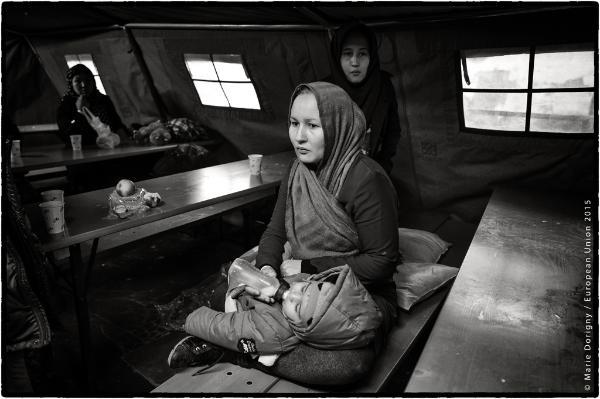 mulher e crianças sentadas