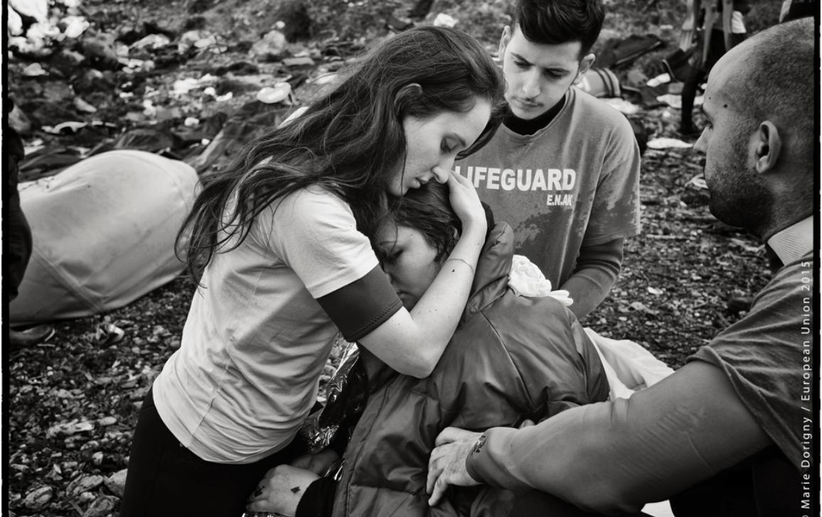 Стотици бежанци пристигат всеки ден на бреговете на гръцкия остров Лесбос. Достигнали до сушата на импровизирани лодки, те често са травмирани от преживяването. Доброволци от различни страни се опитват да ги успокоят.