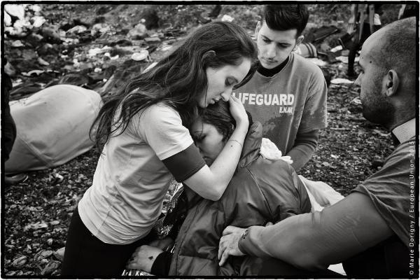 Helferin schliesst einen weiblichen Flüchtling in die Arme © Marie Dorigny / European Union 2015