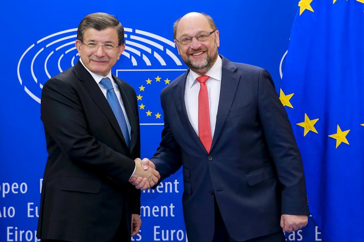 Турският министър-председател Ахмет Давутоглу (вляво) и председателят на Европейския парламент Мартин Шулц
