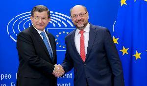 O Τούρκος πρωθυπουργός Αχμέτ Νταβούτογλου και ο πρόεδρος του ΕΚ Μάρτιν Σουλτς.