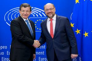 (R-L) European Parliament President Martin Schulz and Turkish Prime Minister Ahmet Davutoğlu