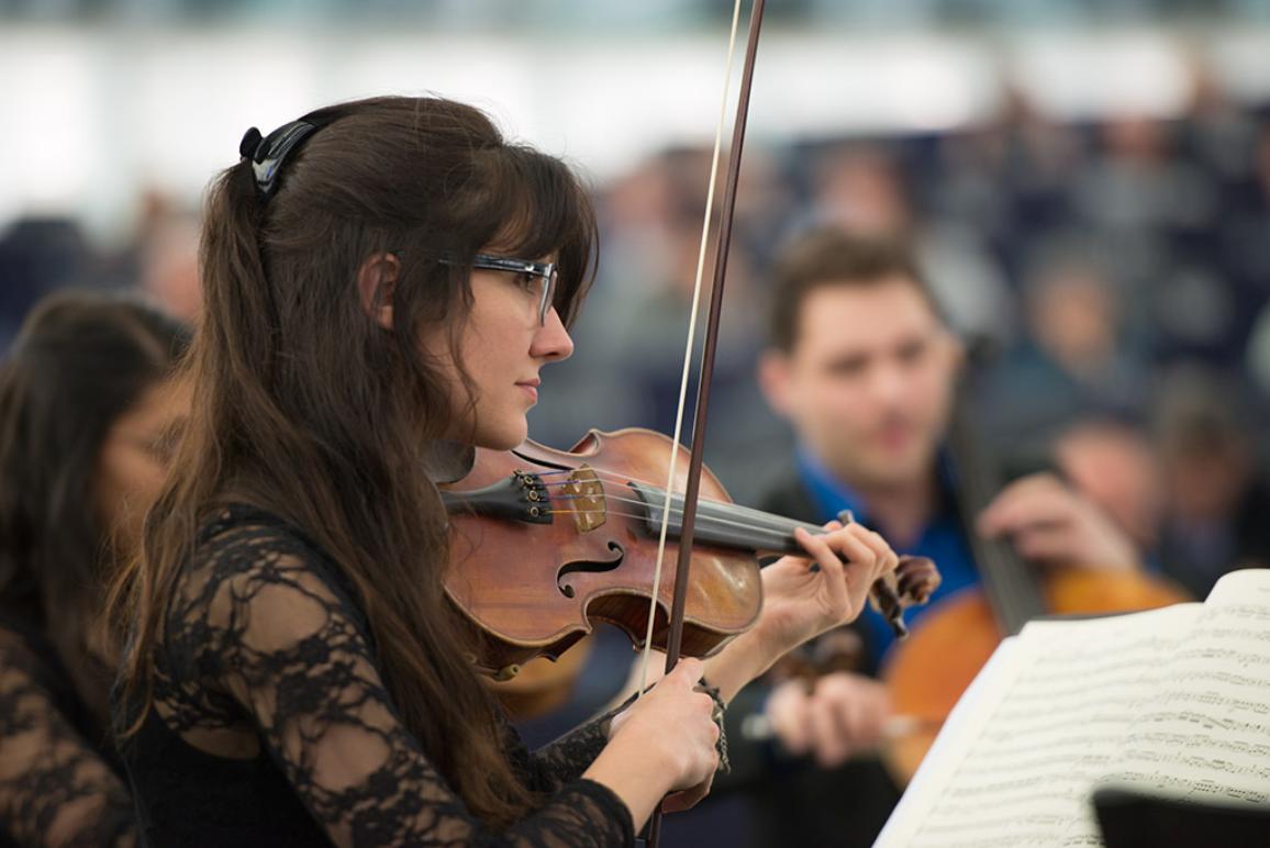 """De jeunes musiciens du Quatuor """"AdAstra"""" du Conservatoire de Strasbourg jouent 'l'Ode à la joie"""" de Beethoven devant le Parlement pour célébrer le 9 mai."""