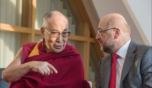 Dalai Lama e o Presidente Schulz a conversar,