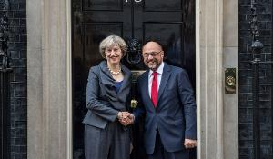 Photographie de Theresa May et de Martin Schulz à Londres