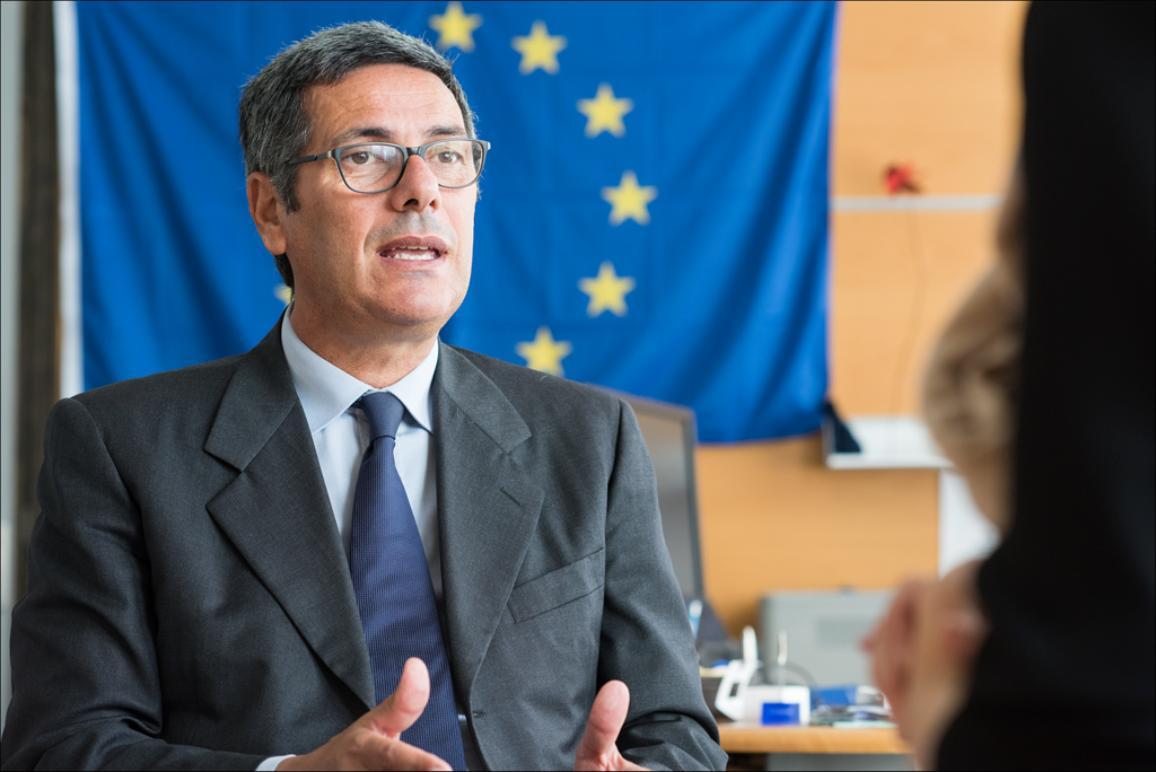Foto ar Džovanni La Via uz ES karoga fona