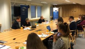 Mukana lokakuun toista täysistuntoviikkoa edeltävillä pressikahveille parlamentin jäsenet Liisa Jaakonsaari (sdp, S&D) ja Sirpa Pietikäinen (kok, EPP).