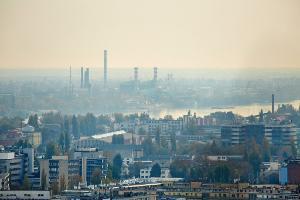 Predmestie Budapešti zahalené hmlou.