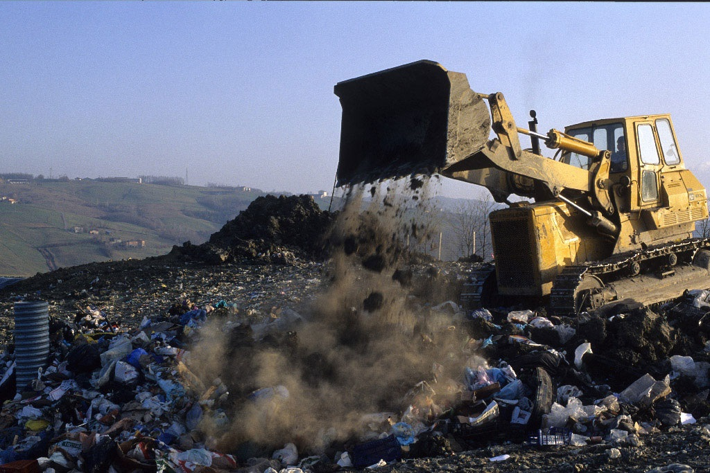 Dumping of solid urban waste ©AP Images/European Union-EP