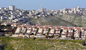 domy a bytovky vystavěné na kopci (Maale Adumim)