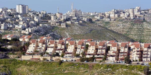 domy a bytovky vystavané na kopci
